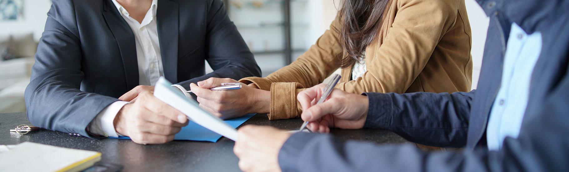 sastanak gde se vide samo ruke na stolu