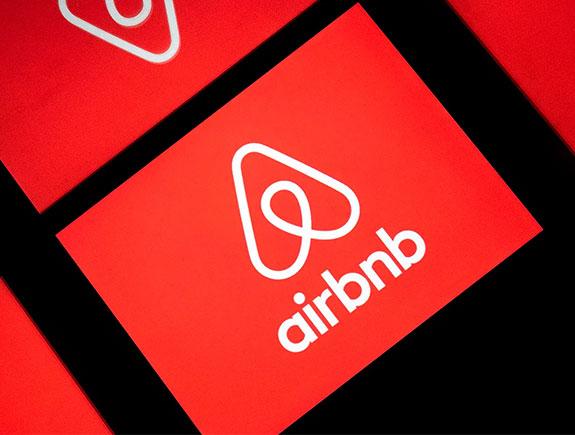 logo airbnb crveno beli