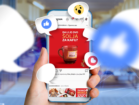 Telefon koji na ekranu ima crvenu šolju na crvenoj pozadini
