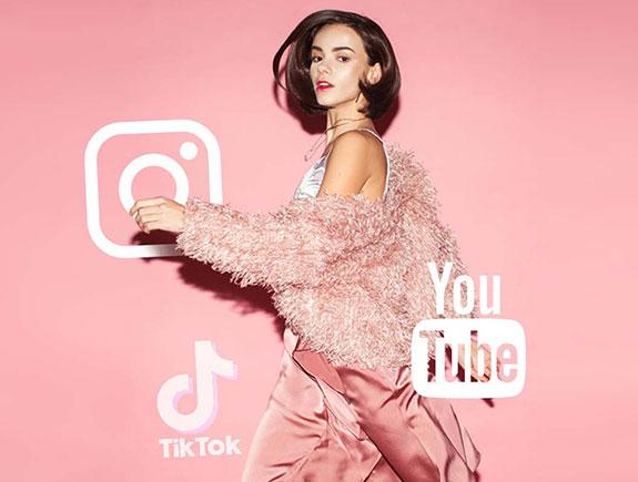 Devojka u pokretu, obučena u roze, čupavi džemper