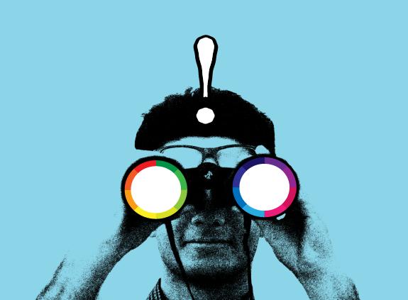 Čovek sa dvogledom u duginim bojama i izvičnikom iznad glave